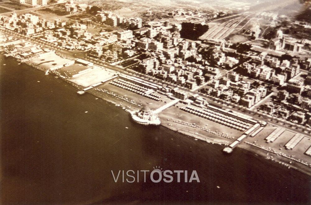"""VisitOstia - veduta aerea di Ostia, con in primo piano lo scomparso stabilimento balneare """"Roma"""" (anni '30)"""
