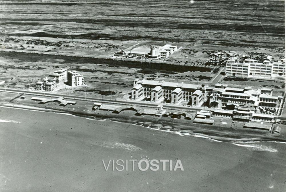 """VisitOstia - la Colonia Marina """"Vittorio Emanuele III"""". In basso, l'ospizio marino, a destra, la scuola """"Fratelli Garrone"""", al centro, l'ONB (anni '30)"""