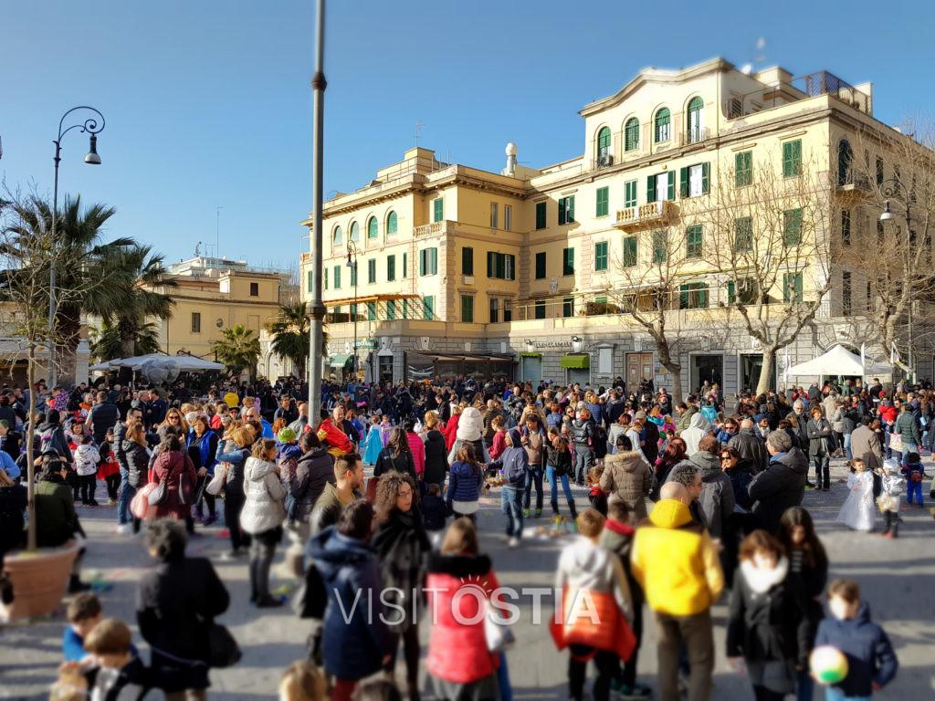 VisitOstia - passeggiata in piazza