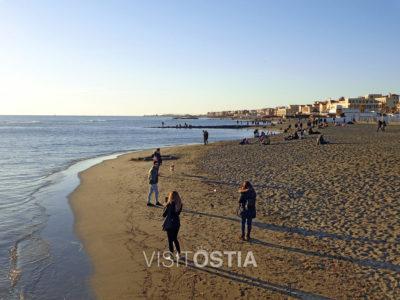 Ostia passeggiata sulla spiaggia in inverno